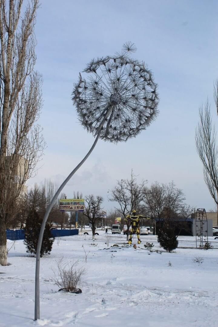 В Бердянске установили гигантский металлический одуванчик из проволоки