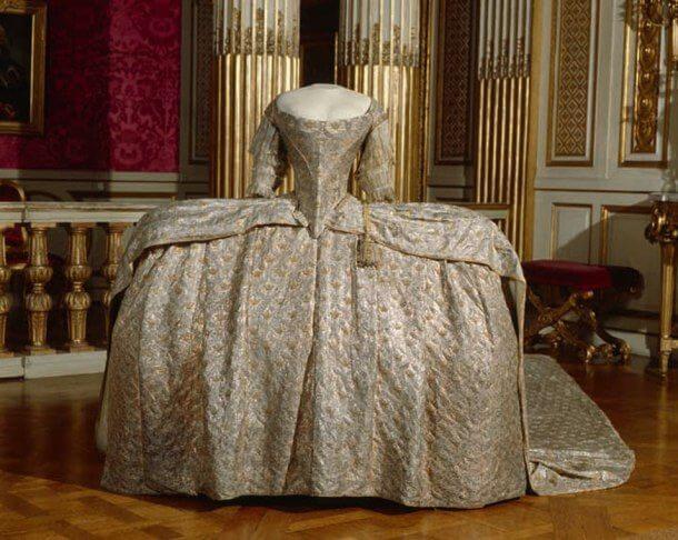 Средневековое платье с корсетом из проволоки